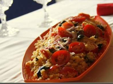 Cous cous cu rosii, masline si ceapa
